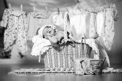 Baby schläft in einem Korb, nachdem er sich gewaschen hat Lizenzfreies Stockbild