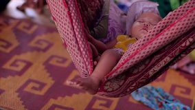 Baby schläft in einer Hängematte stock footage