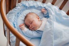 Baby schläft mit einer Wiege Lizenzfreie Stockfotografie