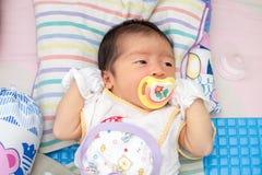Baby-Schlaf mit Friedensstifter Lizenzfreie Stockfotos