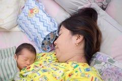 Baby-Schlaf mit Mutter Stockbild