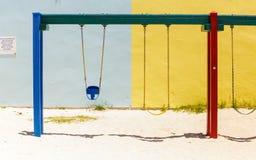 Baby-Schwingen auf Gips-Wand Stockfotografie
