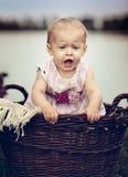 Baby am See Stockbild
