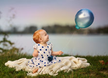 Baby am See Lizenzfreie Stockfotos
