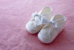 Baby shoes. It's a girl! – Baby booties on pink background Stock Images
