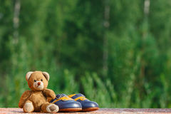 Baby shoes with teddy bear Royalty Free Stock Photos