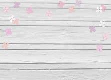 Baby shower, födelsedagdag eller bröllopmodellplats med vit träbakgrund, blom- pappers- lila eller vanlig hortensiakonfettier royaltyfria bilder