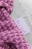 Baby shower` filt det ` s en flicka`, berömkort på hemtrevliga rosa färger med utrymme för text arkivfoton