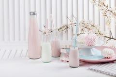 Baby shower i rosa färger och blått med milkshakar Fotografering för Bildbyråer