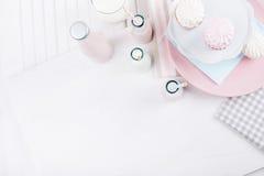 Baby shower i rosa färger och blått på tabellöverkant Royaltyfri Bild