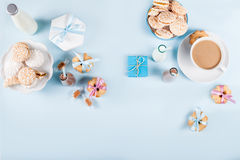 Baby shower med kakor och gåvor på blå bakgrund Royaltyfri Fotografi