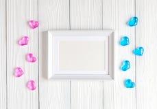 Baby shower - tom bildram på träbakgrund Arkivfoton