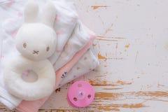 Baby showerbegrepp - barnessencials på wood bakgrund Royaltyfri Bild