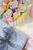 Baby showergåvor på tabellen Royaltyfri Foto