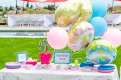 Baby showergodisgarneringar på tabellen Royaltyfri Bild