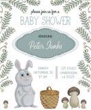 Baby showerinbjudan med kanin, korgen, champinjoner, blommor, sidor och ormbunken Royaltyfri Bild
