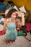 Baby-sitter aliviada que aprecia uma bebida Imagens de Stock Royalty Free