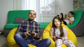 Baby-sitter do homem que tem o divertimento com crianças em casa vídeos de arquivo