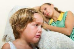 Baby-sitter et fille pleurante Photos libres de droits