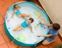 Baby-sitter féminin avec de petites filles à la piscine Image stock