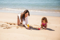 Baby-sitter na praia Imagem de Stock