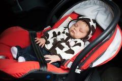 Baby in slaap in autozetel royalty-vrije stock afbeelding