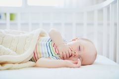 Free Baby Sleeping In Co-sleeper Crib Attached To Parents` Bed Royalty Free Stock Photo - 146717845