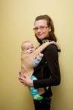 Baby in slinger Stock Afbeelding