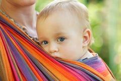 Baby in slinger Royalty-vrije Stock Fotografie