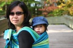 BABY IN SLINGER royalty-vrije stock foto
