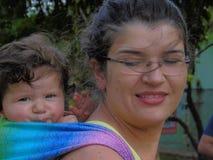 Baby in slinger stock foto