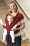 Baby in Slinger met Moeder Royalty-vrije Stock Foto's