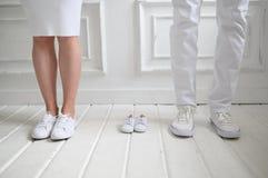 Baby som förväntar bilden med modern, fader Modern, fadern och deras framtid behandla som ett barn royaltyfri bild