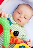 Baby som ligger i pram Arkivfoto