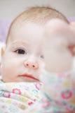Baby som lyfter foten Royaltyfri Foto