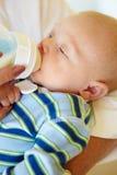 Baby som matar från flaskan Royaltyfria Foton