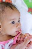 Baby som matar med den mineraliska salta drinken, hälsovårdbegrepp Royaltyfri Fotografi