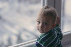 Baby som ser snön Royaltyfria Bilder
