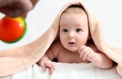 Baby som ser toyen Royaltyfri Foto