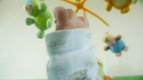 Baby som ser upp på en mobil toy