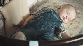 Baby sover i vaggan stock video