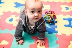 Baby spel en het kruipen royalty-vrije stock foto