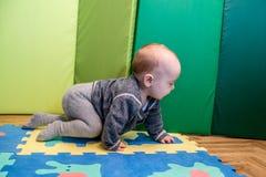 Baby spel en het kruipen stock foto's