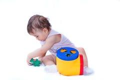 baby spel met een stuk speelgoed Stock Fotografie