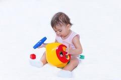 baby spel met een stuk speelgoed Stock Afbeeldingen