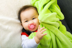 Baby suger med fredsmäklaren Fotografering för Bildbyråer