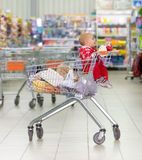 Baby in supermarkt Stock Foto