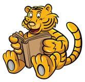 Baby Tiger Learning mit Buch Lizenzfreie Stockfotografie