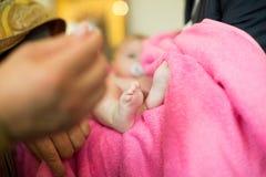 Baby tijdens doopsel bij Orthodoxe kerk stock afbeeldingen
