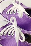 Baby trägt Schuhe zur Schau Stockfotos